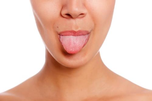 Kratzen Sie Ihre Zunge ab